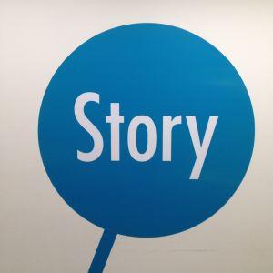 """Tohlopin Mediapoliin lattiakoristelusta sininen """"varrellinen"""" pallo jossa lukee valkoisella Story"""