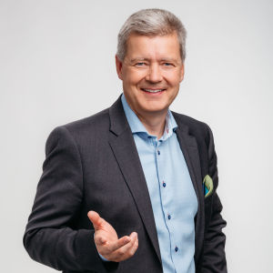 Personporträtt, Lauri Kivinen ser rakt in i kameran och ler.