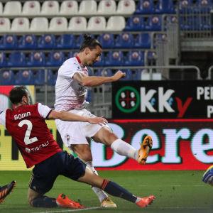 Zlatan gör 2–0-målet mot Cagliari.