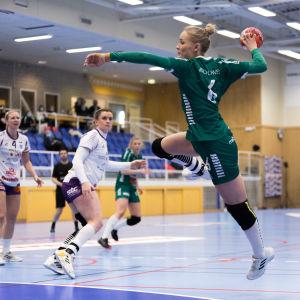 Ellen Voutilainen på väg att kasta i semifinal 1 2021.