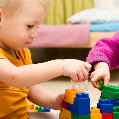 Barn leker med lego