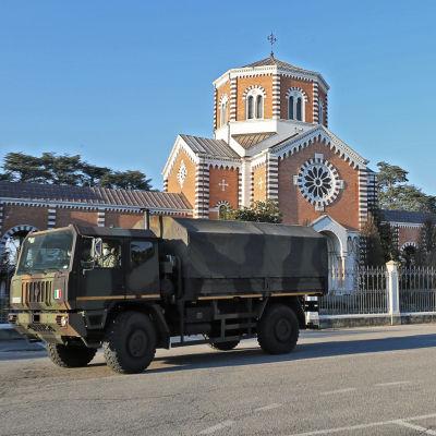 Två militärfordon transporterar kroppar till krematoriet i Padova