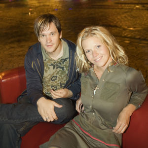 Musiikki-tv:n toimittajat Tomi Saarinen ja Sonja Kailassaari.
