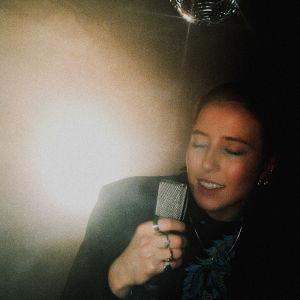 Ilon med mikrofon, under discokula.
