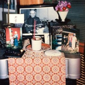 Japanilaiseen tapaan tehty kotialttari, jossa on vainajan valokuva.