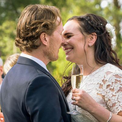 Bröllopsbild på Anna och hennes man.