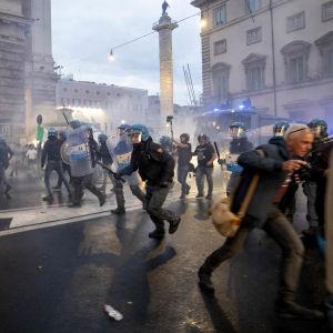 Demonstranter och polis springer på gatan i Rom i ett moln av tårgasrök.