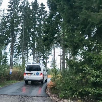 polisbil på liten väg