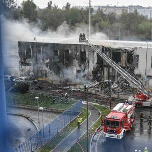 Räddningspersonal och brandkåren var snabbt på plats vid kontorslokalen i utkanterna av Milano, där privatplanet kraschade.