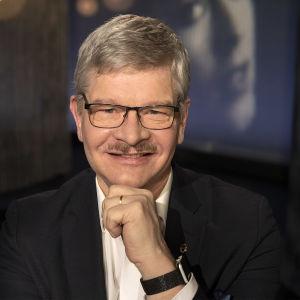 Bakteeriopin professori Pentti Huovinen kuvattuna Tampereen Mediapoliksen studiossa Anne Flinkkilän haastattelussa.