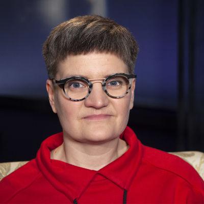 Sarjakuvataiteilija Tiitu Takalo kuvattuna Mediapoliksen studiossa Tampereella, Anne Flinkkilän haastateltavana.
