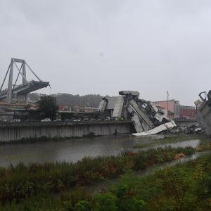 En stor del av bron saknas efter raset.
