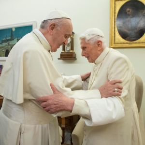 Francis, katolska kyrkans nuvarande påve, tillsammans med emeritus påven Benedict XVI. Påvarna utbyter julhälsningar den 22 december i Vatikanen.
