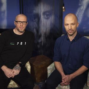 Ex-jääkiekkoilija Hannes Hyvönen ja teatteriohjaaja Eino Saari.