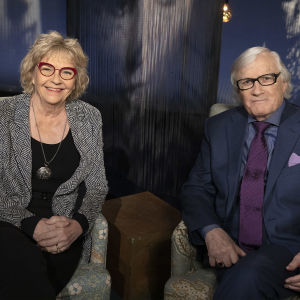 Ritva Siikala ja Bengt Ahlfors Tampereella Mediapoliksen studiolla Anne Flinkkilän vieraina. Hymyilevä pariskunta.