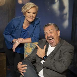 Anne Flinkkilä professori Alf Rehnin kanssa, iloinen ja naurava tunnelma. Alf osoittaa sormellaan Annea.