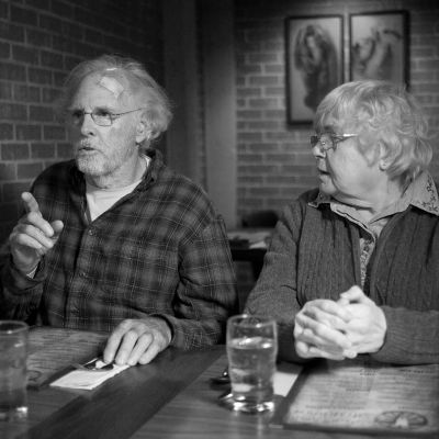 Bruce Dern ja June Squibb istuvat pöydän ääressä, kuva elokuvasta Nebraska.