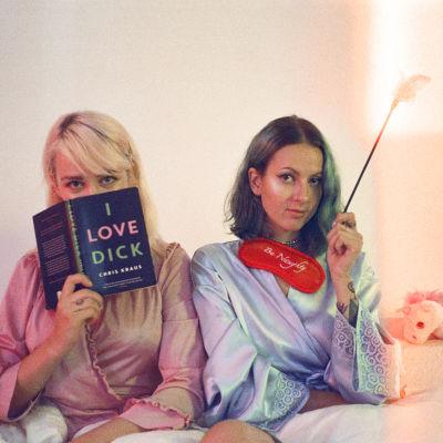Taika Mannila och Ronja Stanley i en säng