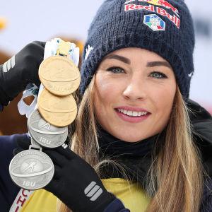 Dorothea Wierer med VM-medaljerna 2020.