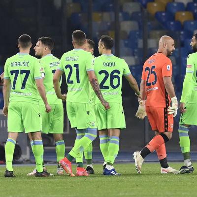 Lazios spelare snackar med domaren.