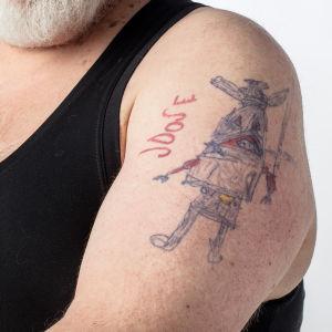 Lauri Vuorisen tyttären pojan piirtämä tatuointi lähikuvassa.