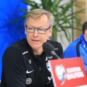 Markku Kanerva på en presskonferens.