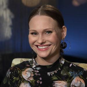 Elokuvaohjaaja Suvi West Mediapoliksen studiossa kuvattuna.