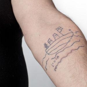 Lauri Vuorisen tyttären tyttären piirtämä tatuointi lähikuvassa.