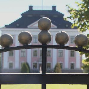 Grind till barockpalatset i Sarflax uppfördes på 1600-talet.