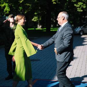 Viron väistyvä presidentti Kersti Kaljulaid ja valittu presidentti Alar Karis tapaamassa elokuun lopussa 2021