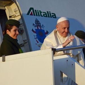 Påven Franciskus hälsar på åskadare inför sin resa till Sydamerika 2018.