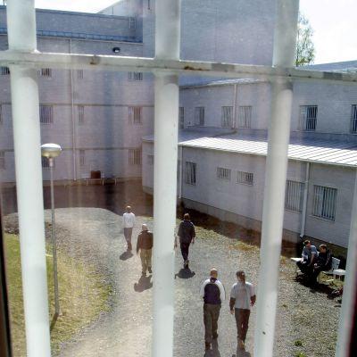 Fångar ute på fängelsegården