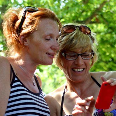Kaksi naista ja kännykkä