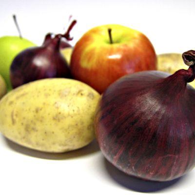 Erilaisia ruoka-aineita mm. omena ja peruna