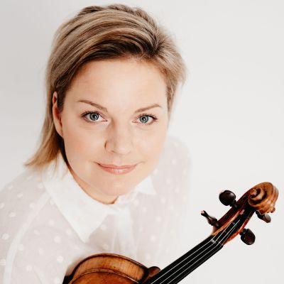 kuvassa viulisti Paula Sundqvist viulu kädessä