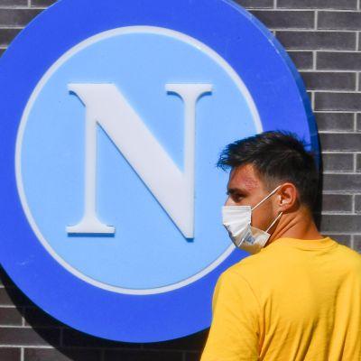 Napolin pelaaja Eljif Elmas maski kasvoillaan.