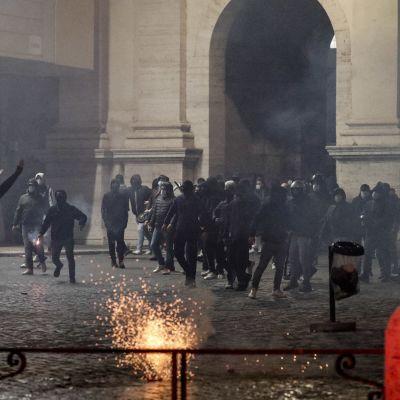 Demonstranter i Rom under en våldsam protest mot coronarestriktioner i Italien.