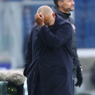 Fabio Liveranin tuskailee kentän laidalla.
