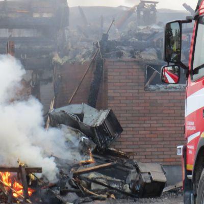Paloautoja ja palomiehiä Harjavallassa sammuttamassa Hiittenharjun hotellipaloa 14.7.2021.