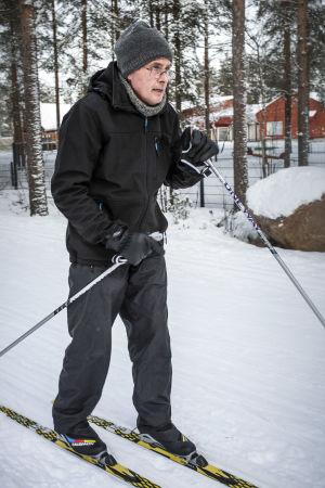 Seppo Lepistö hiihtää