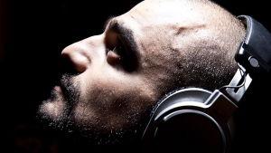 En mani  profil med hörlurar