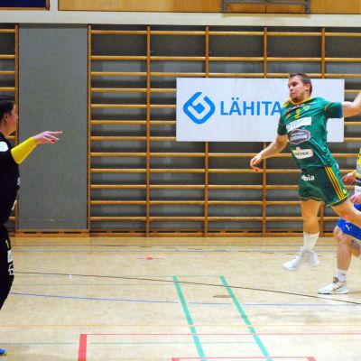 Ott Varik skjuter ett hoppskott som Johan Ståhlberg parerar.