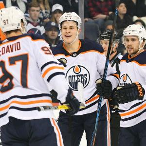 Jesse Puljujärvi firar sitt mål tillsammans med Connor McDavid och Kris Russell.