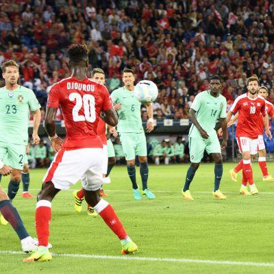 Breel Embolo vie Sveitsin johtoon Portugalia vastaan MM-karsinnoissa 6.9.2016.