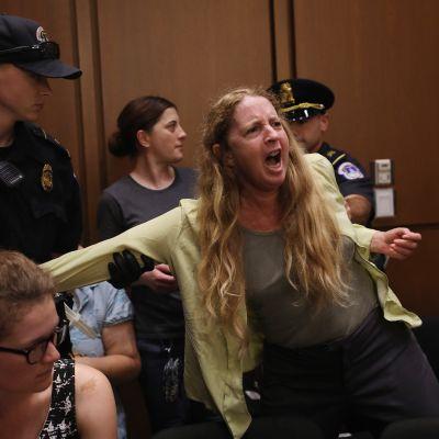Protestoija poistettiin yleisölehteriltä Yhdysvaltain senaatissa.