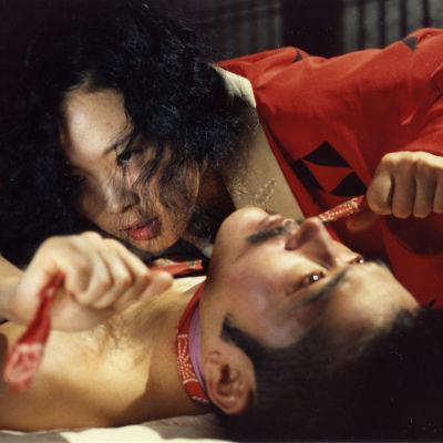 Sada Abe (näyttelijä Eiko Matsuda) ja Kichizo Ishida (näyttelijä Tatsuya Fuji) elokuvassa Aistien valtakunta