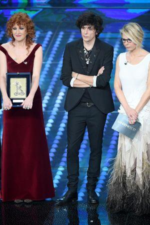 Fiorella Mannoia, Ermal Meta och Maria De Filippi på scenen i Sanremo 2017.
