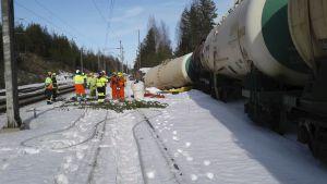 Godsvagn med farliga ämnen som spårat ur i Mäntyharju.