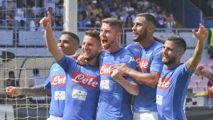 Napoli-spelarna firar Dries Mertens mål mot Cagliari i Serie A.