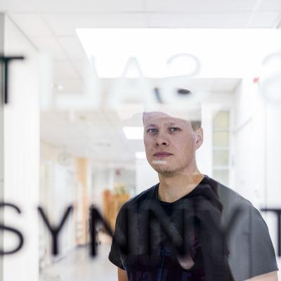 Tommi Kallio synnytysosaston käytävällä.